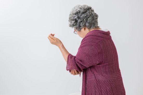 肘を痛がる高齢女性