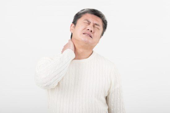 首を痛がる中年男性