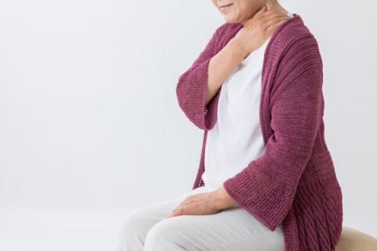 首を痛がる高齢女性