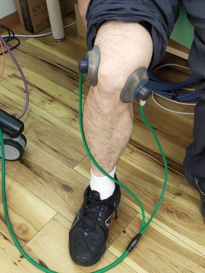 膝の電気治療をしている男性