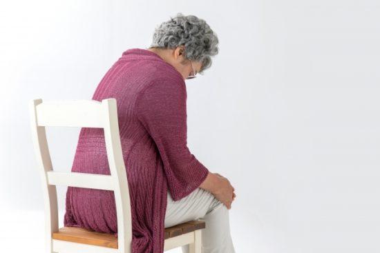 膝を痛がる高齢女性
