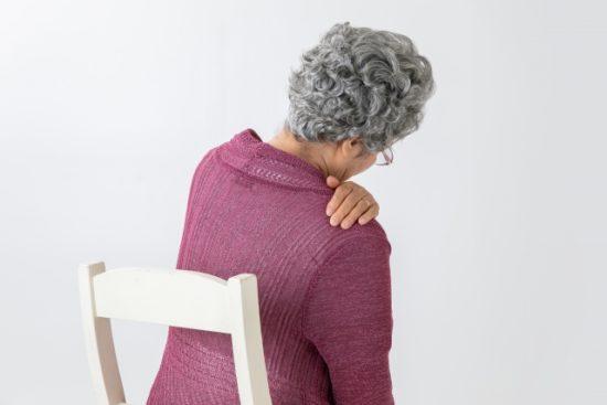 肩を痛がる高齢女性