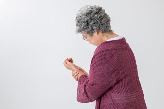 手首を痛がる高齢女性