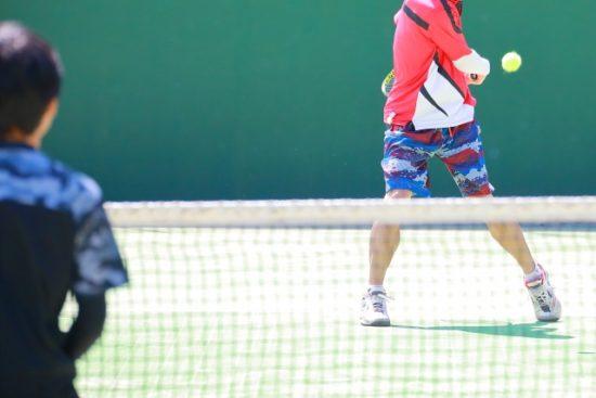 テニスをしている人たち